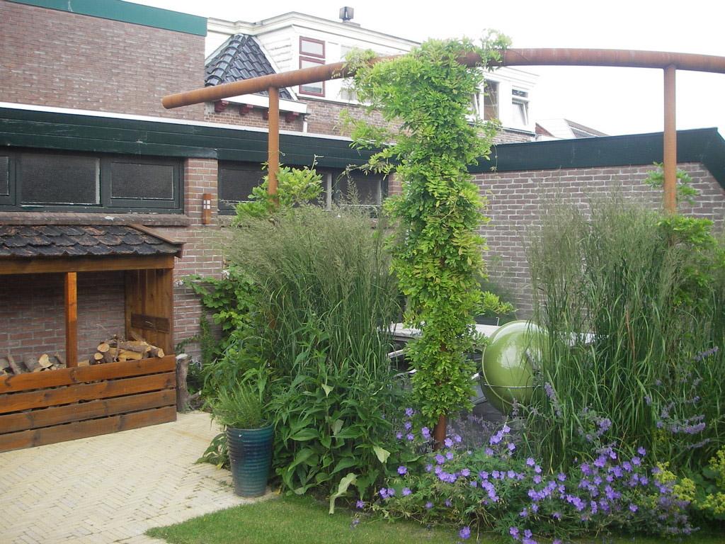 Cortenstaal pergola voor stijl in kleine tuin for Tuinontwerpen kleine tuin foto s