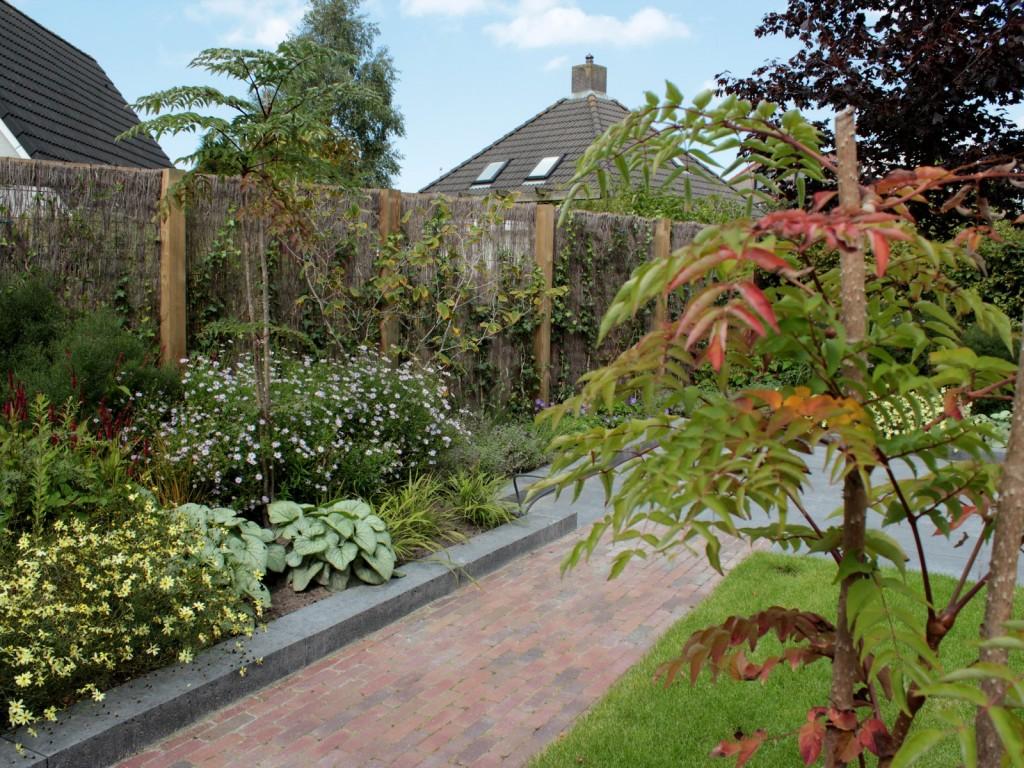 tuinvoorbeeld strakke tuin met speels effect door geometrische vormen en luchtige beplanting.