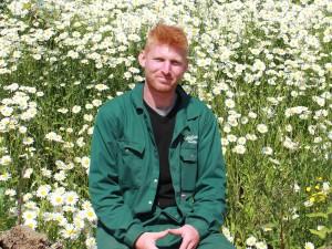 Hovenier gezocht? Dit is Rinze. In het vroege voorjaar komt deze potige allround tuinman weer werken bij hovenier Van Tuinen Tuinservice