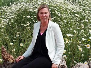 Yvonne, zit op kantoor bij hovenier Van Tuinen Tuinservice