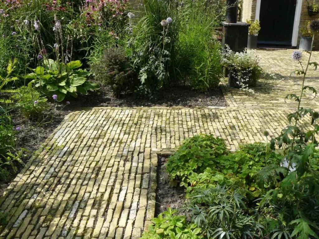 nostalgische tuin bij woonboerderij met Friese geeltjes